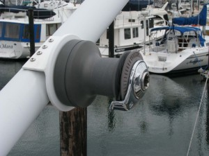 Manual winch on boom for hoisting and lowering dinghy